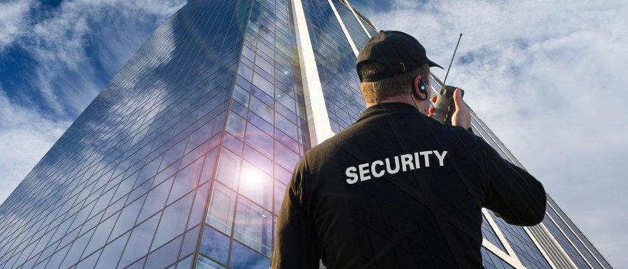 Uomo della security davanti grattacielo uffici vigilanza hermes